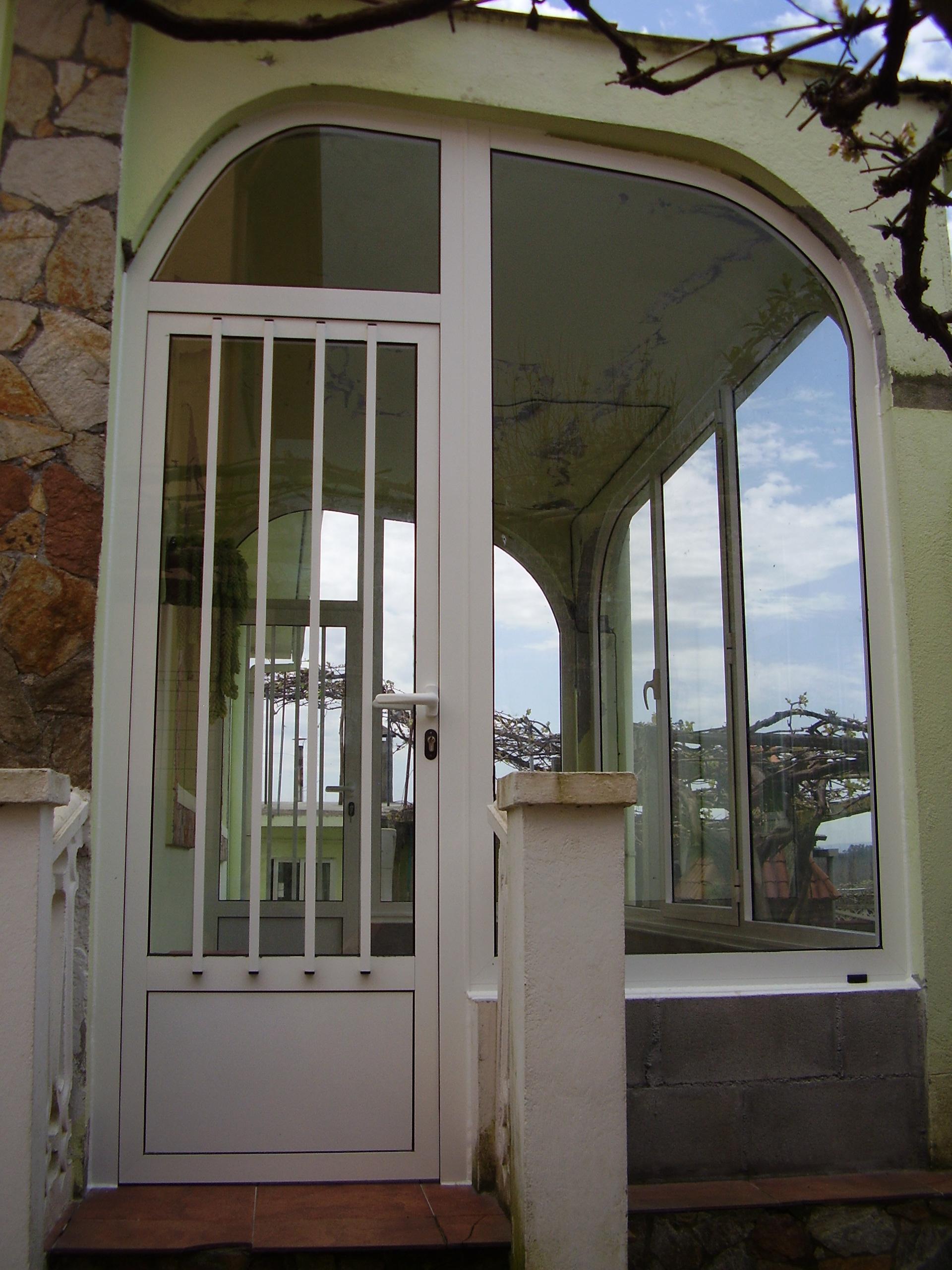 Cerramiento en arco con un fijo y una puerta