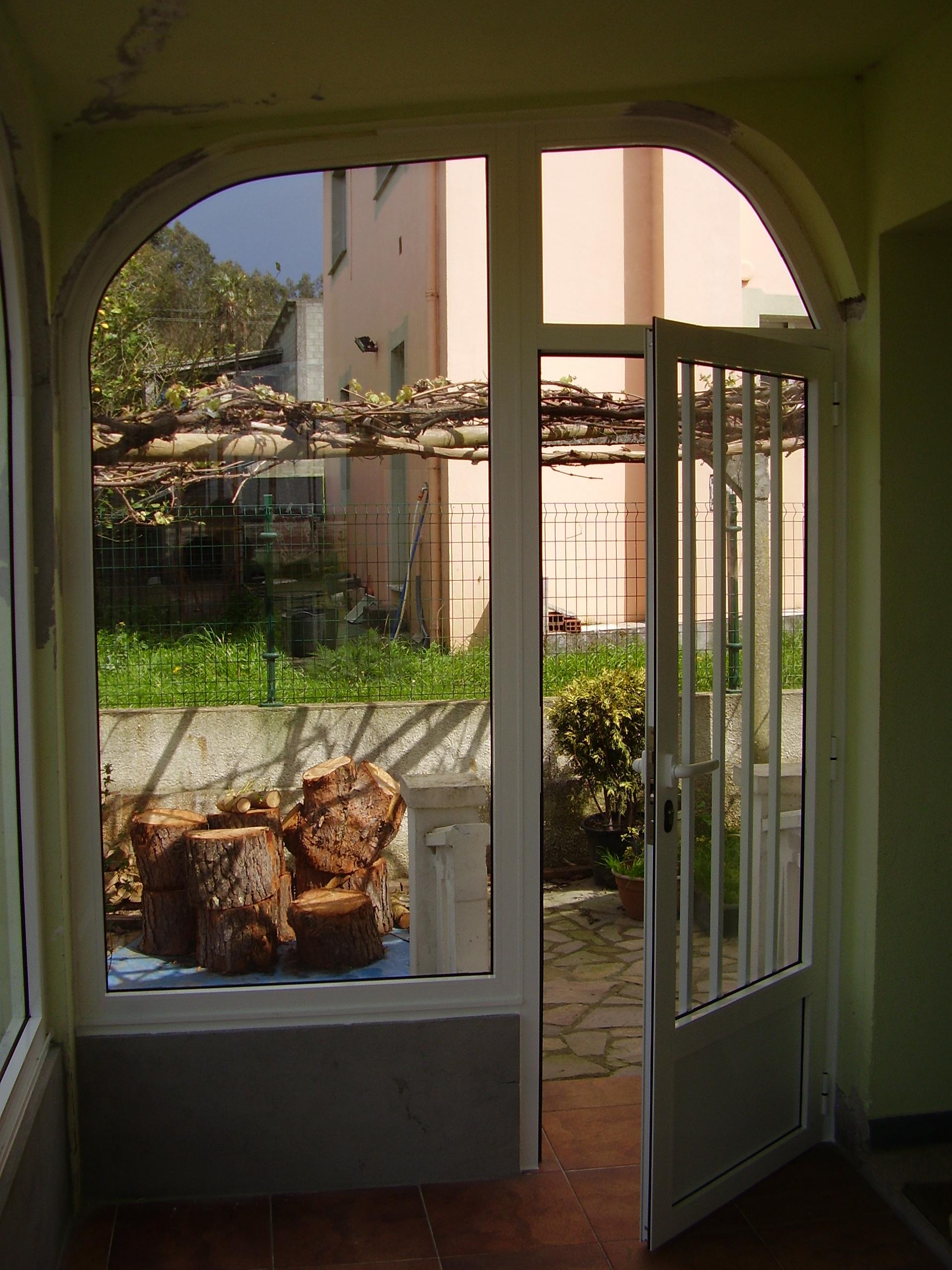 Cerramiento en arco con fijo y puerta
