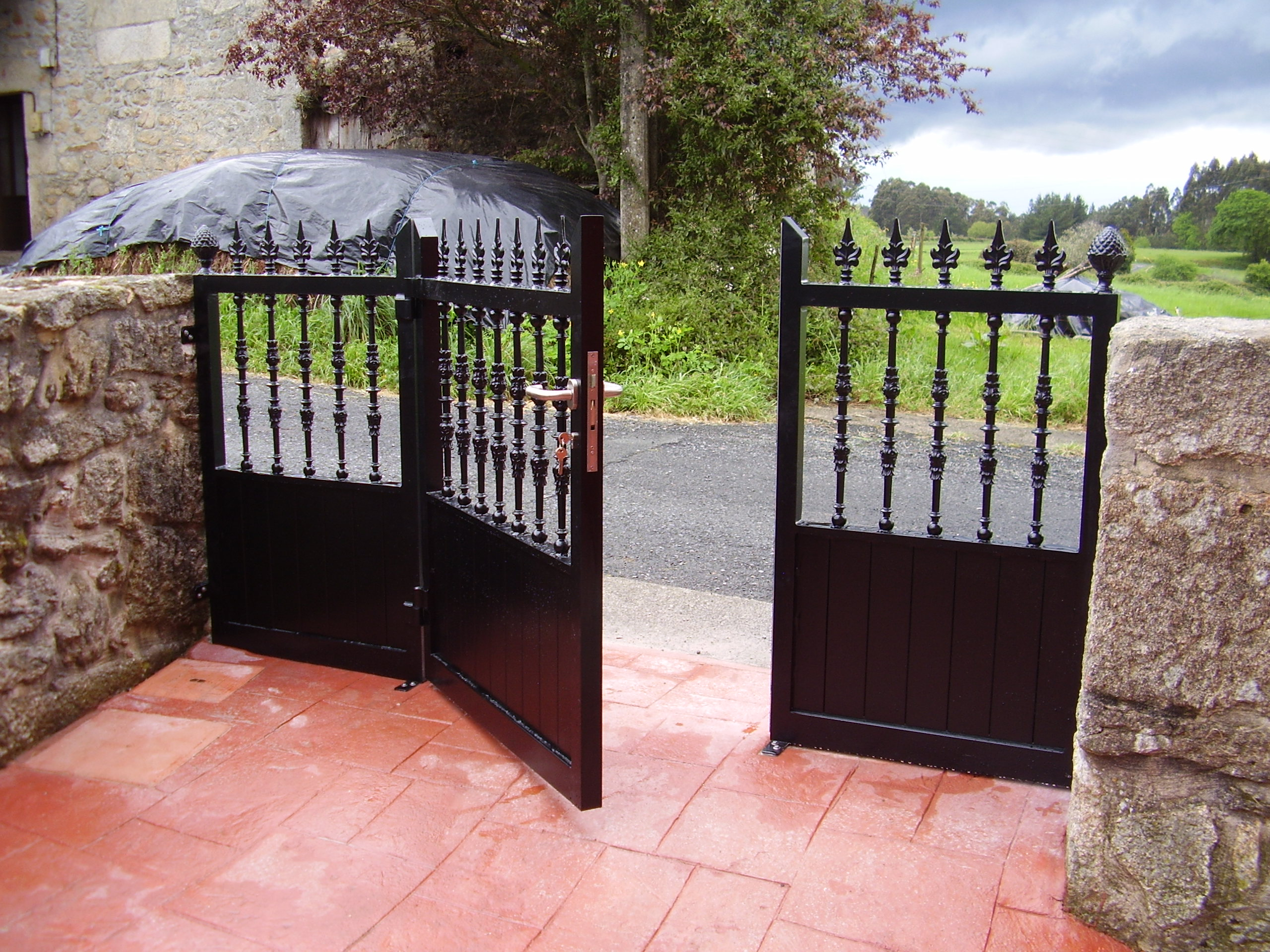 Puerta cancilla con fijos laterales soldada y lacada