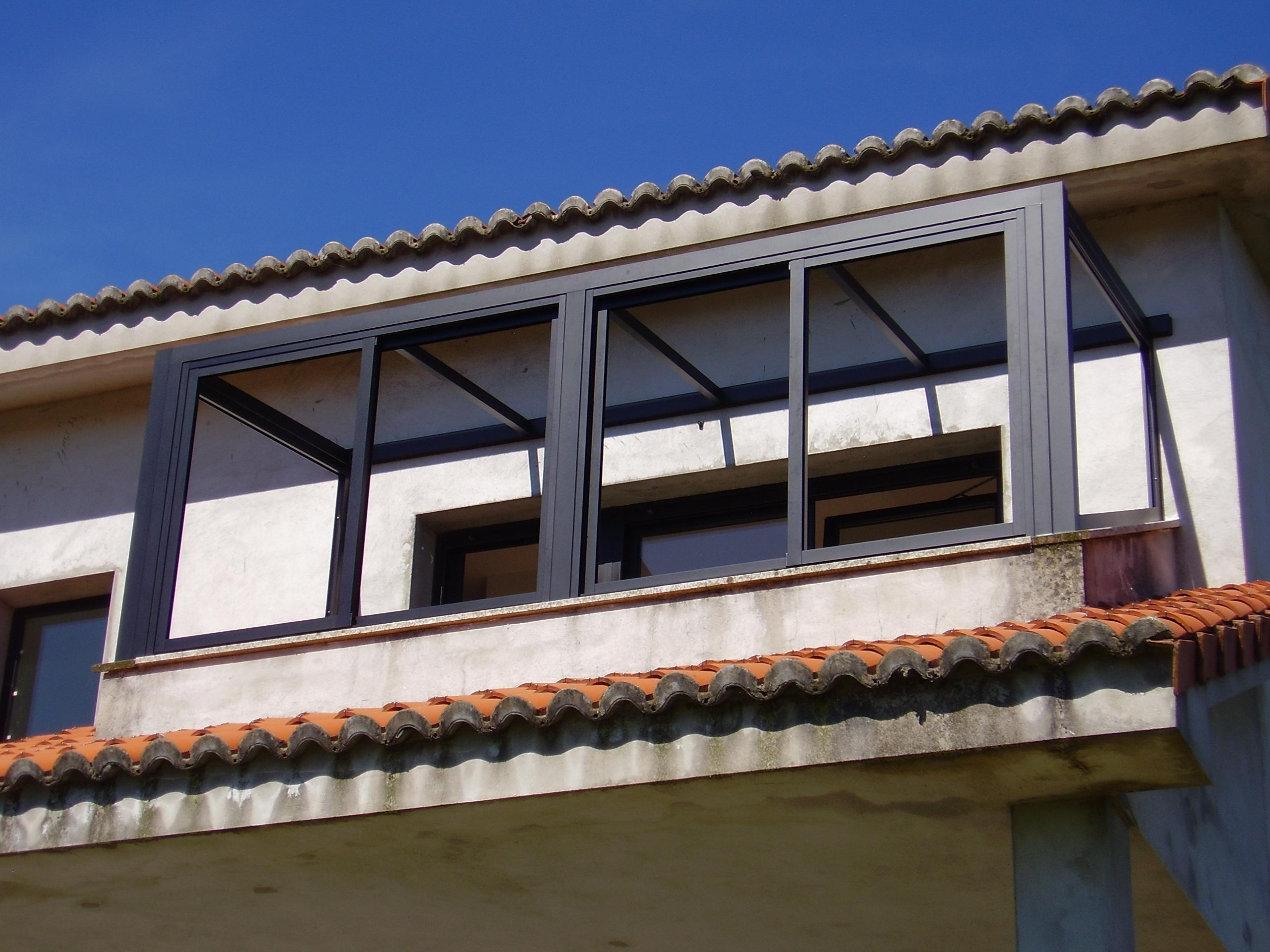 Cerramiento y cubricion con ventanas corredera