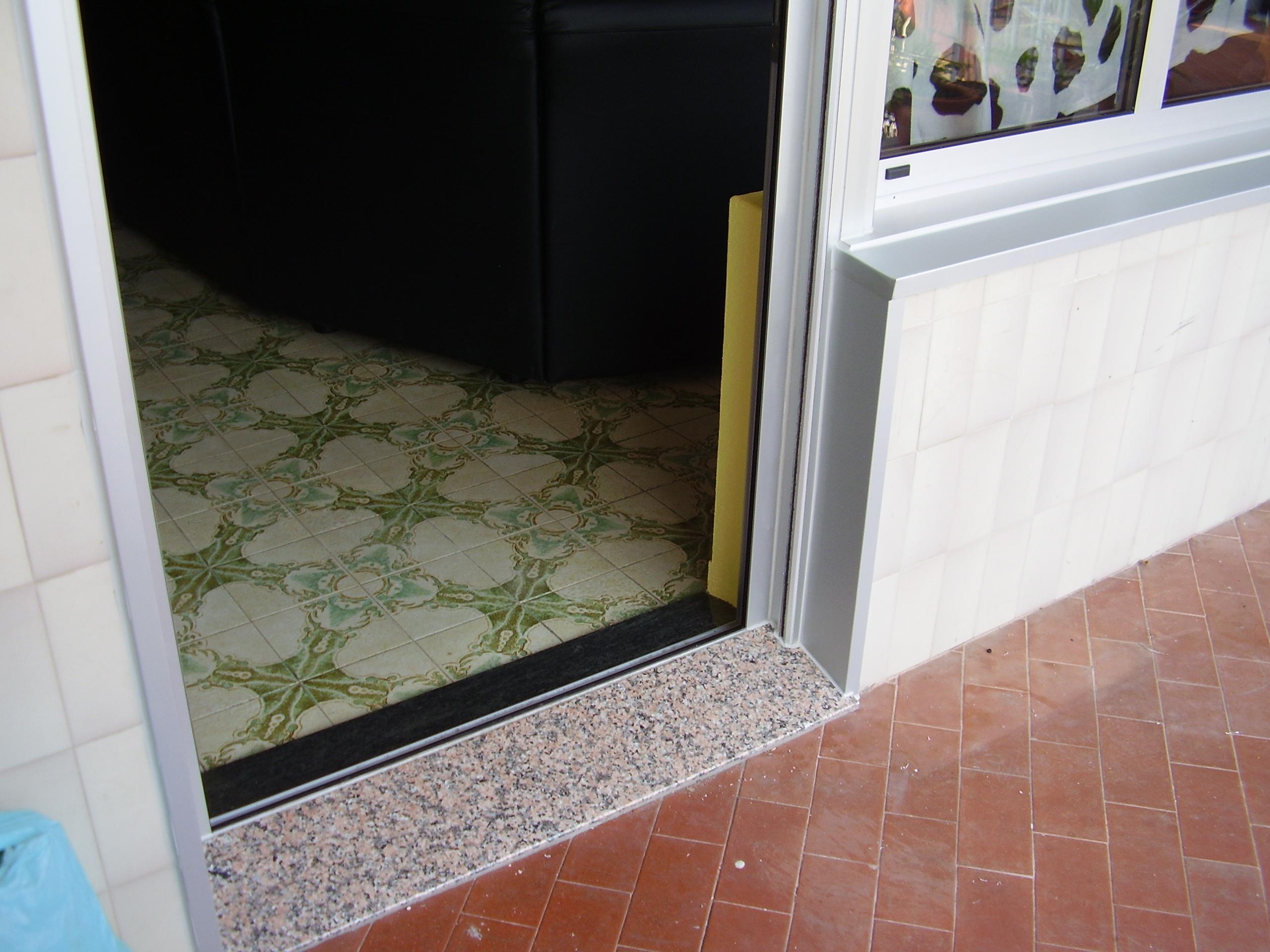 Cerramiento a terraza puerta con marco inferior