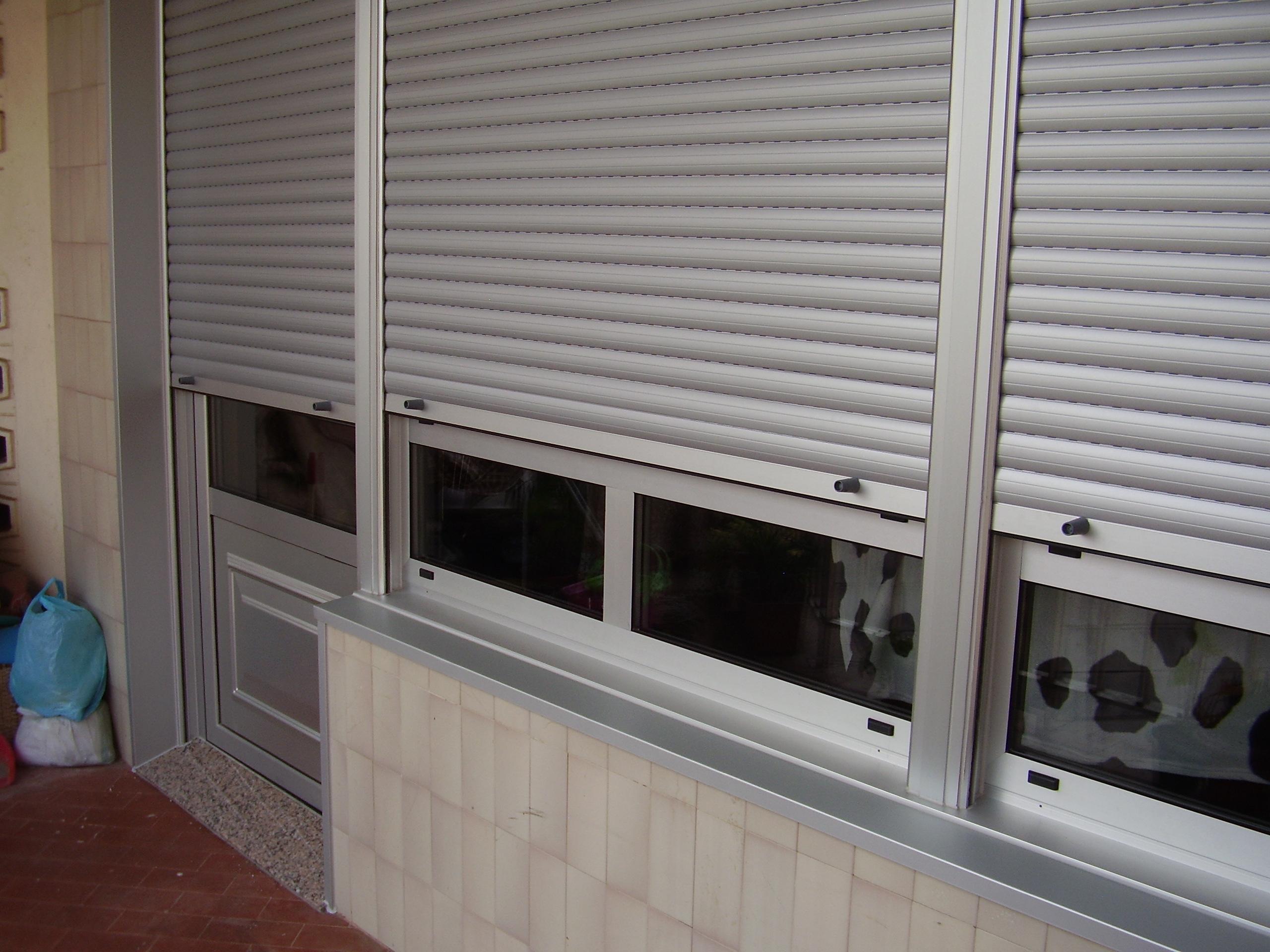 Cerramiento puerta y ventana con persianas