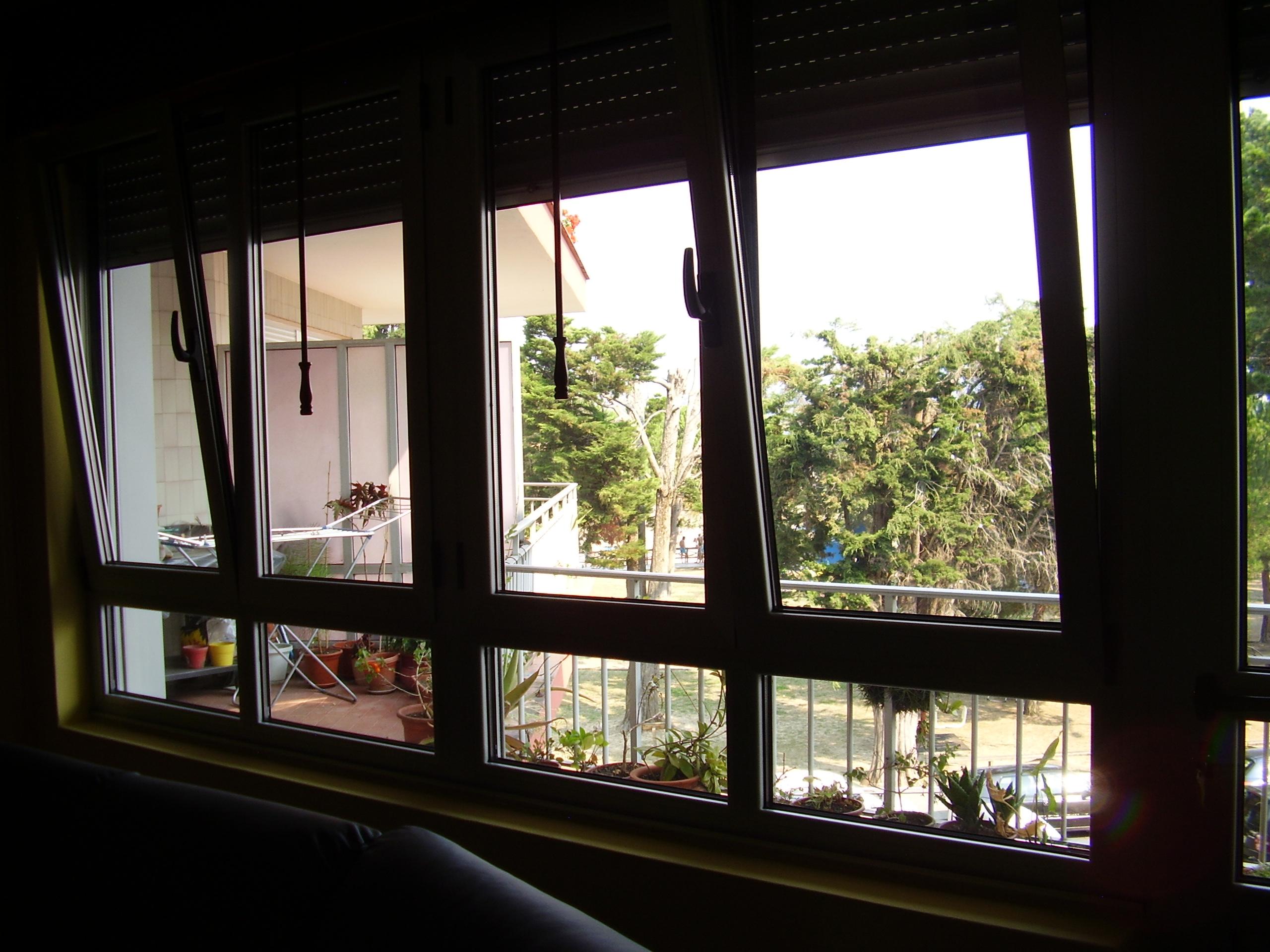 Cerramiento con ventanas practicables oscilo-batientes