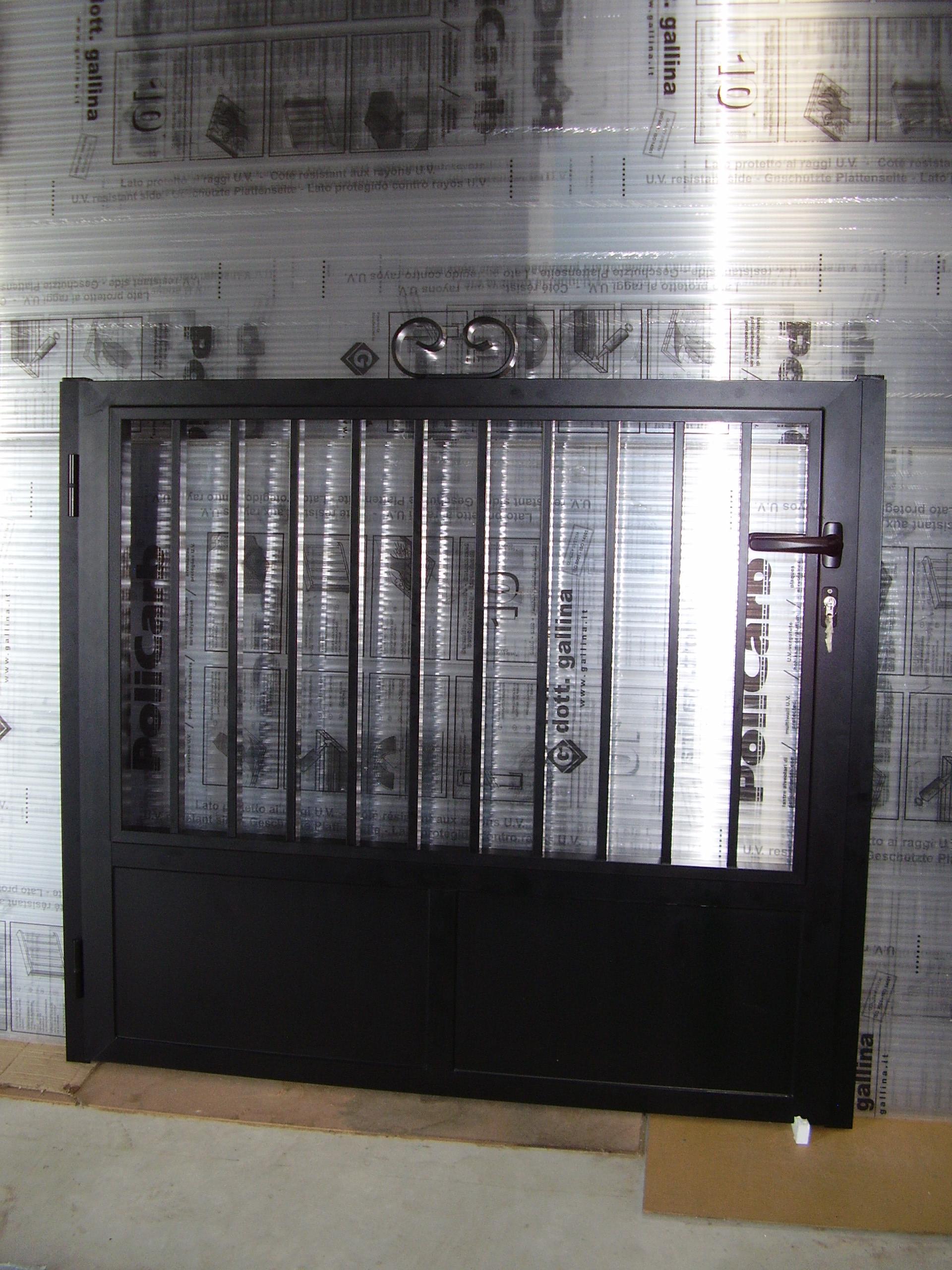 Puerta cancilla con entrepaño ciego tubos verticales en parte superior