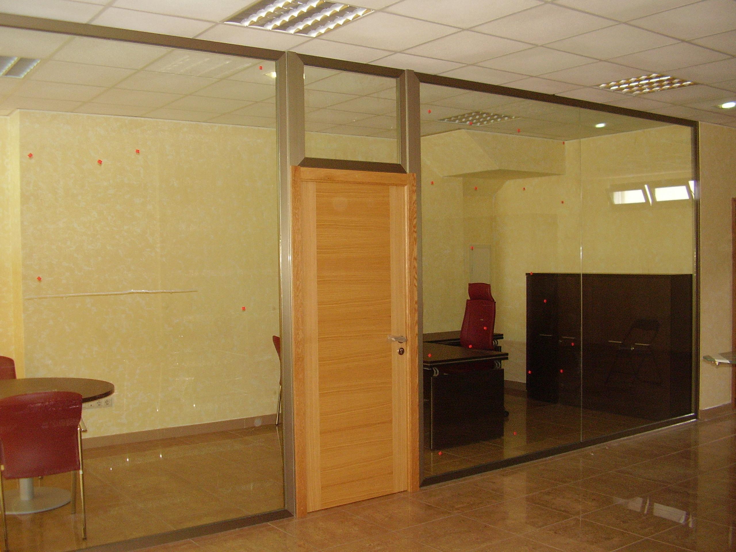 Manpara oficina toda cristal con puerta de madera