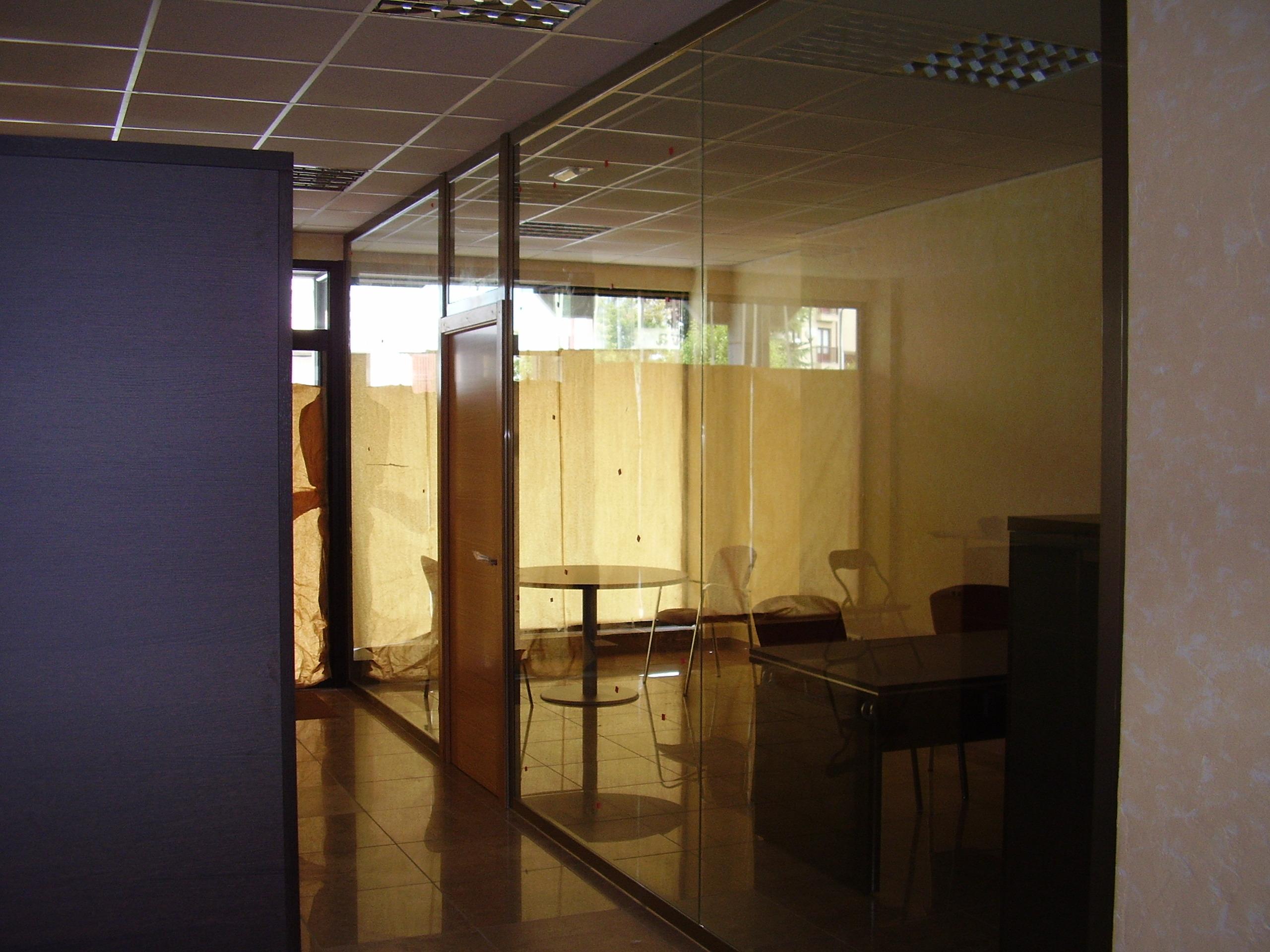 Mampara oficina toda cristal con puerta de madera