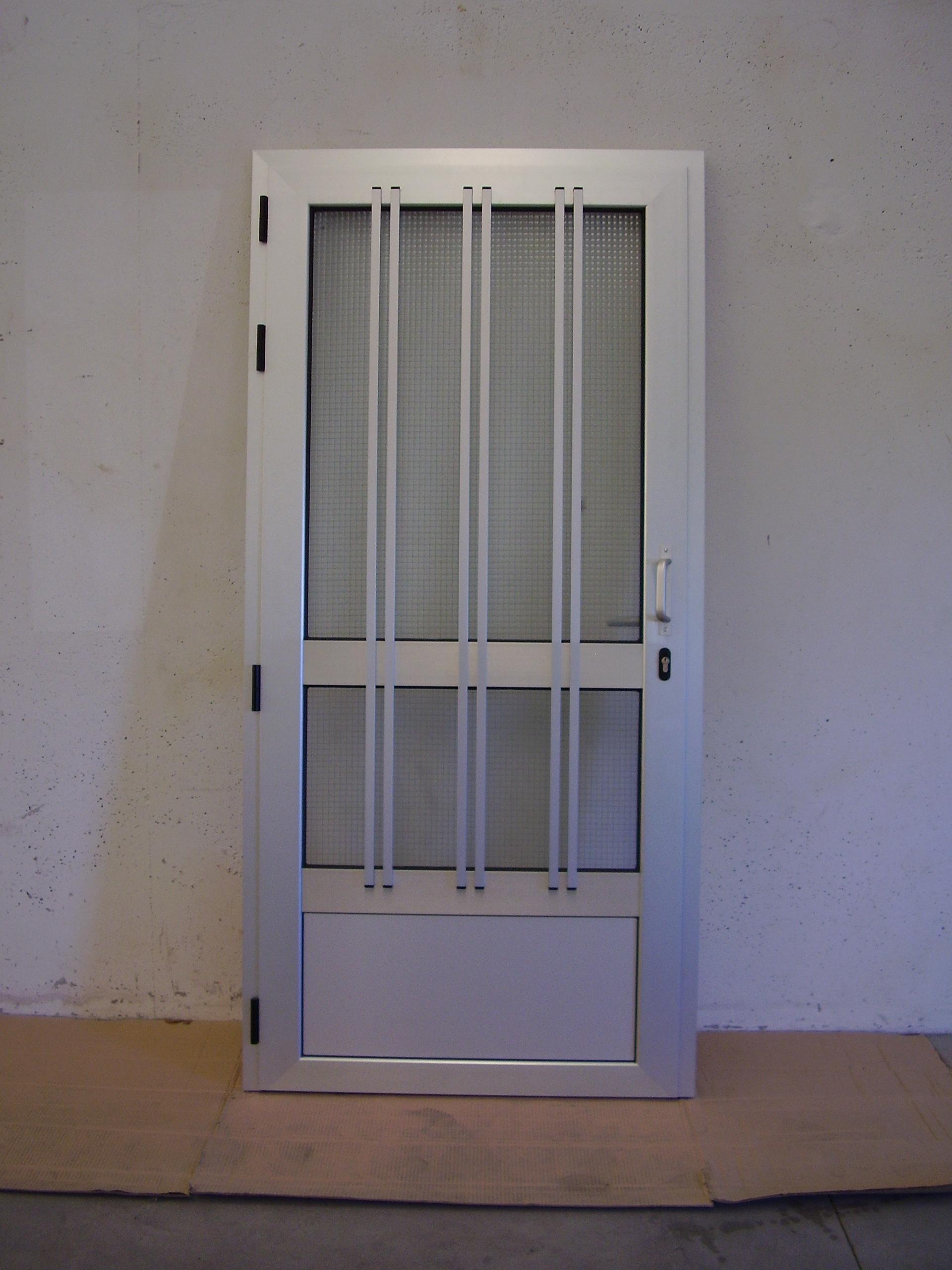 Puerta con tubos formando reja
