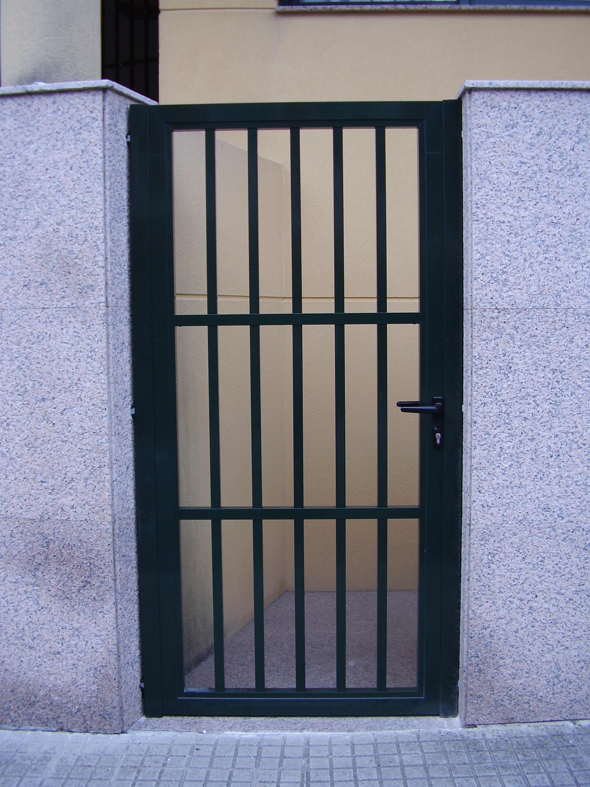 Puerta reja en tubo cuadrado
