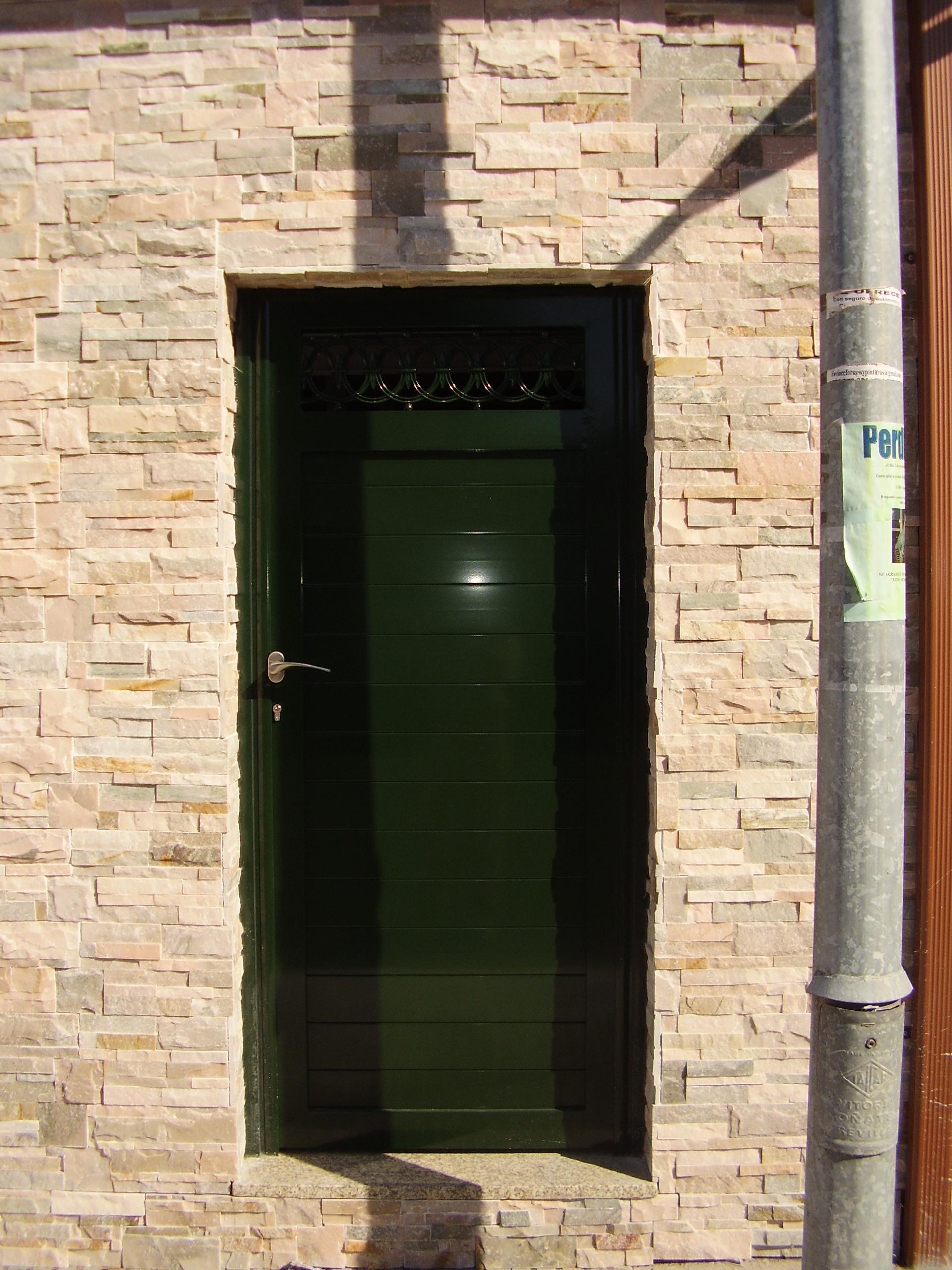 Puerta 1 hoja en chapa tubular y cenefa superior soldada y lacada