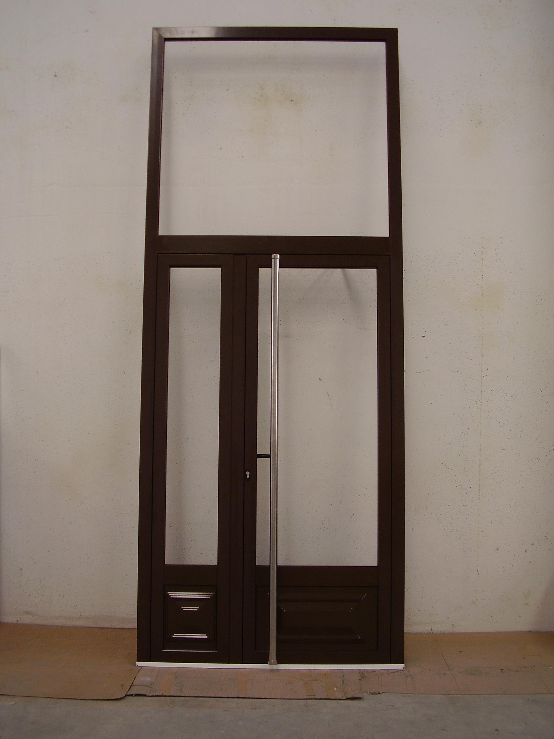 Puerta edificio 2 hojas con fijo superior y entrepaños inferiores