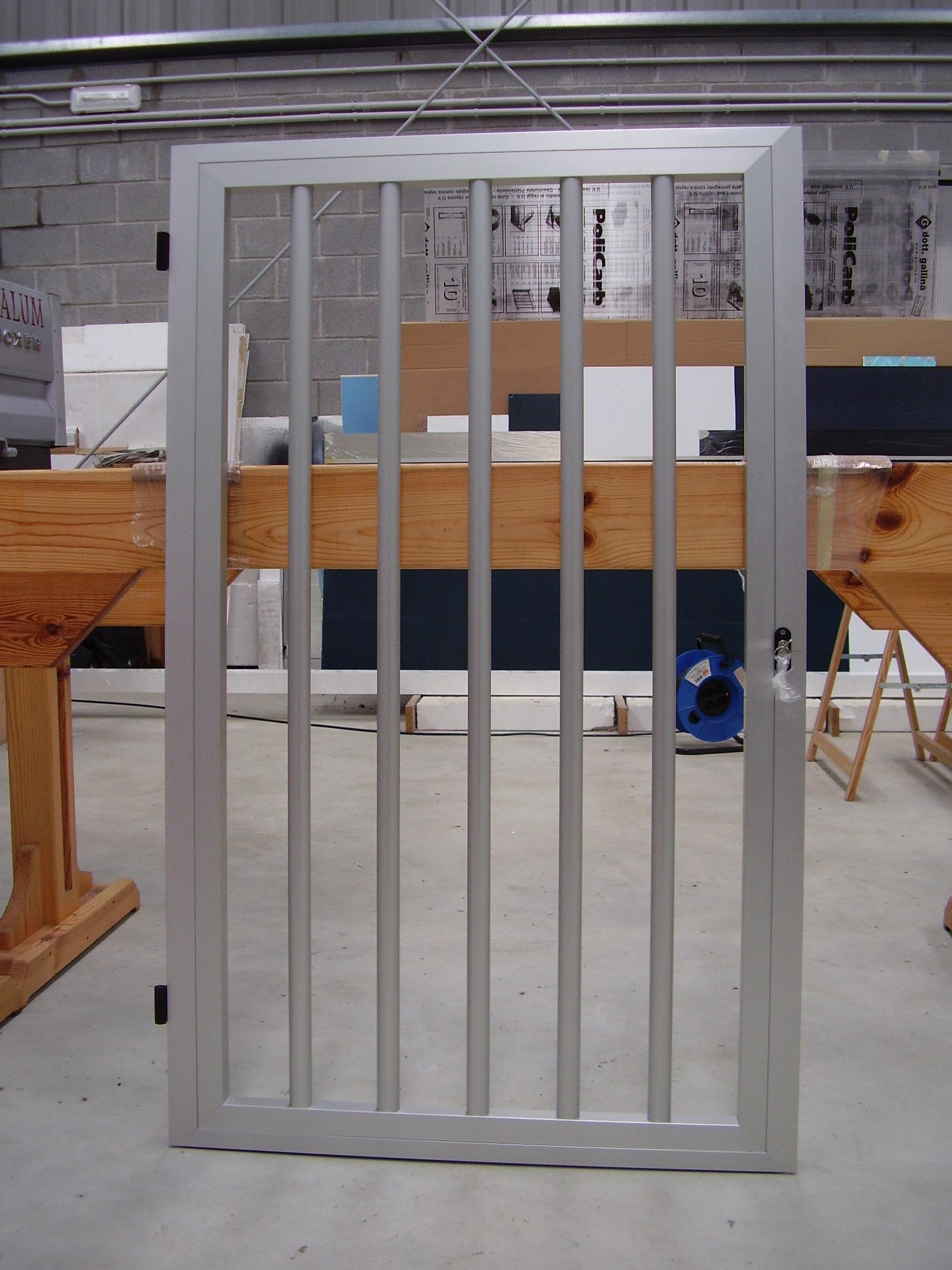 Puerta tipo reja con tubos en vertical