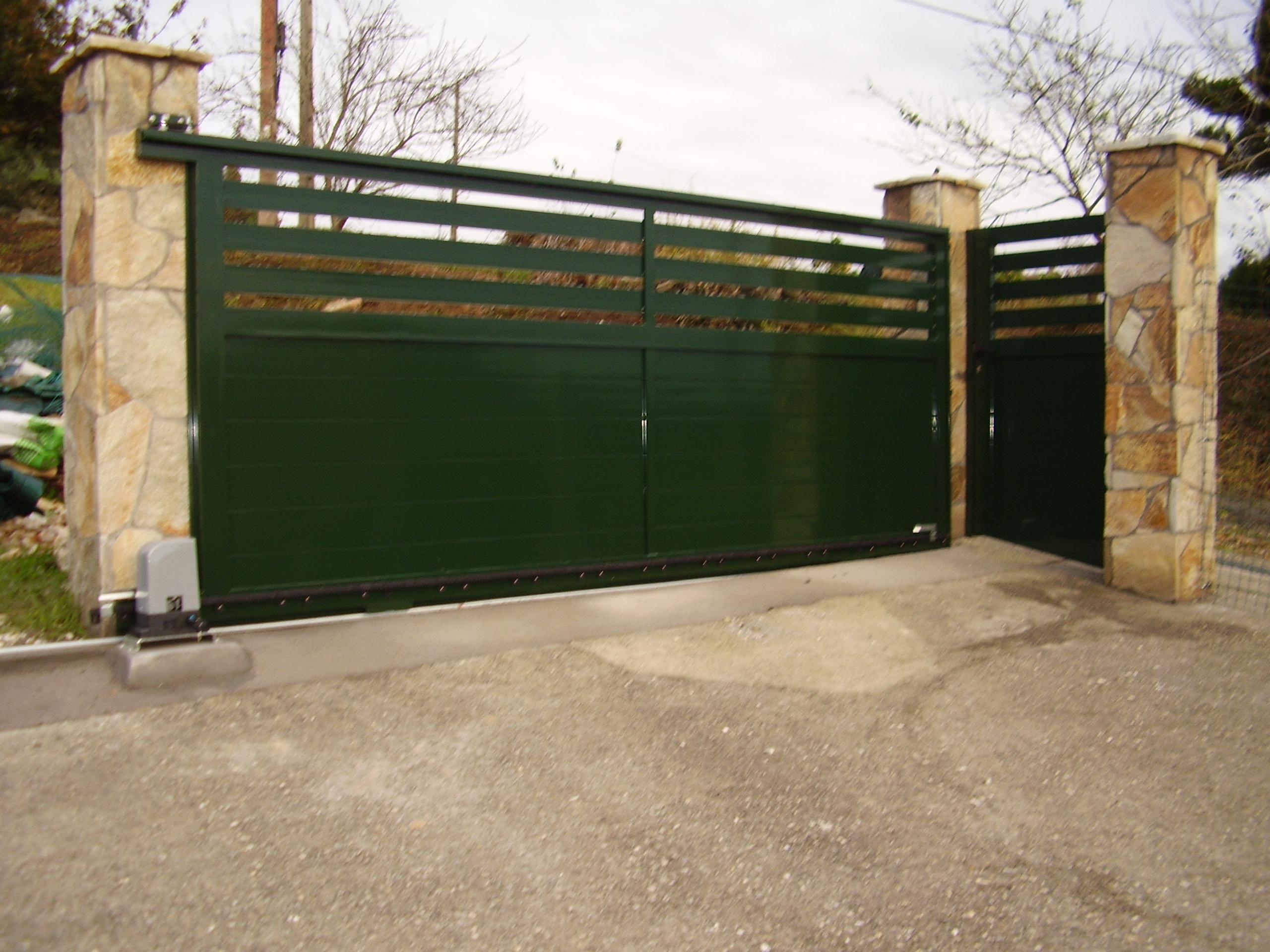 Portal corredera y puerta peatonal soldados y lacados
